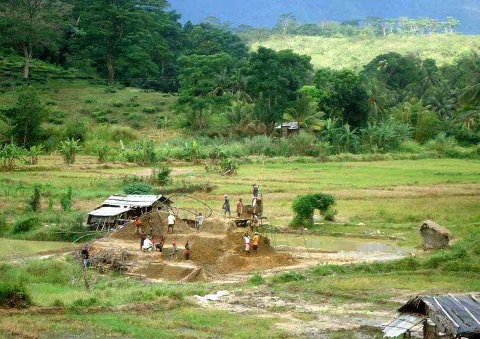 Mina de zafiro ASM, con casa de bombas, montón de escombros y sumidero, Sri Lanka.