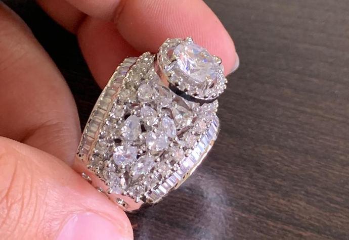 Un anillo de 10 quilates de diamantes vendido a través de WhatsApp