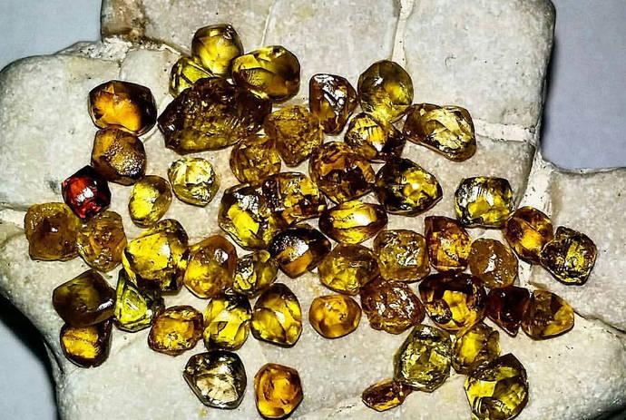Los investigadores emplearon diamantes de la region de Zimmi, en Sierra Leona, conocida por sus diamantes de color amarillo provocado por la presencia de nitrógeno.