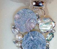 Las piedras de color, la mezcla de materiales y el retorno a los clásicos protagonizarán la joyería de Navidad