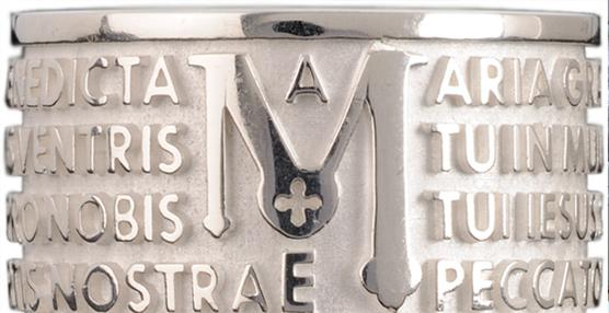 Los anillos de moda con caracteres inscritos en latín inspiran el proyecto joyero de dos jóvenes emprendedores italianos